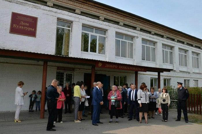 Валерий Радаев у ДК, в котором расположен избирательный участок. Фото saratov.gov.ru