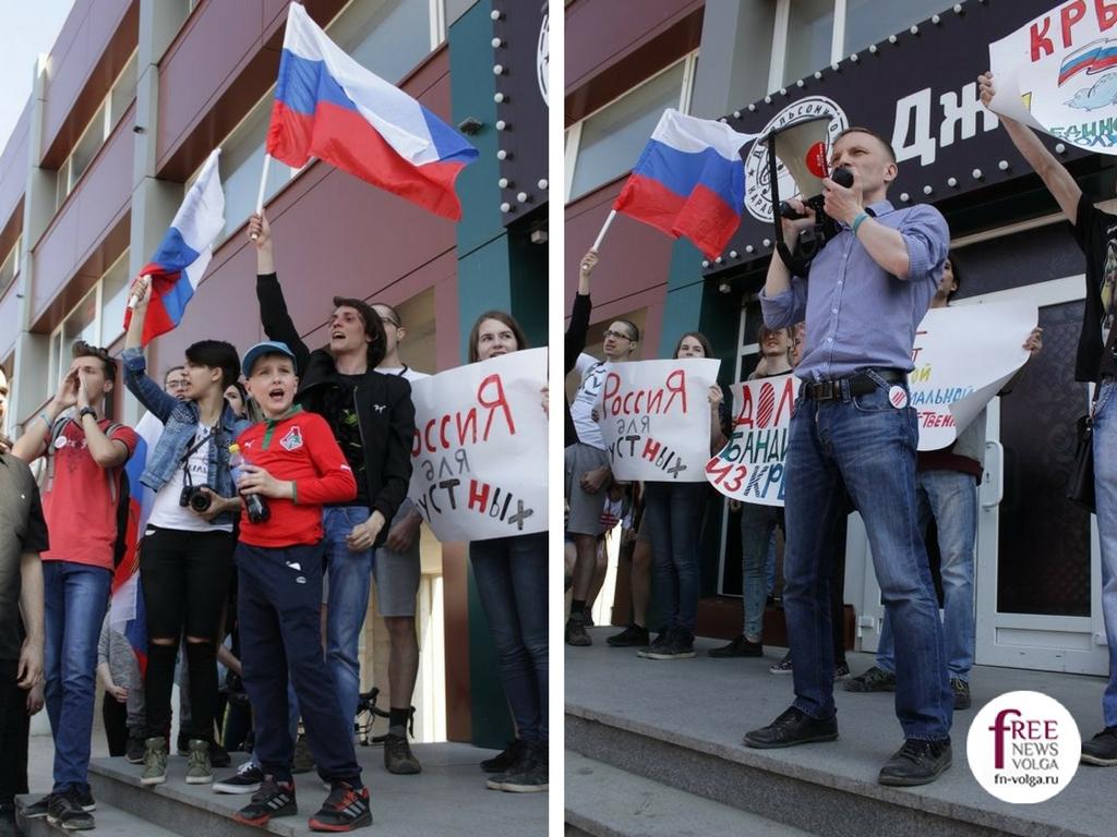 Участники акции выступают у караоке-клуба. Егор Прянишников и Михаил Мурыгин
