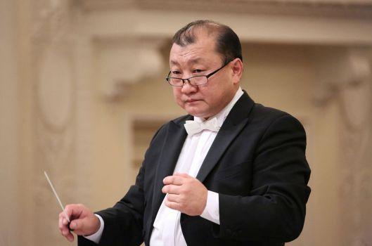 Маэстро Энхе (фото с официального сайта Саратовской филармонии)