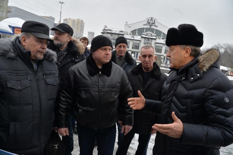 Валерий Радаев и Александр Исаев обсуждают реконструкцию цирка. Фото Пресс-служба губернатора Саратовской области