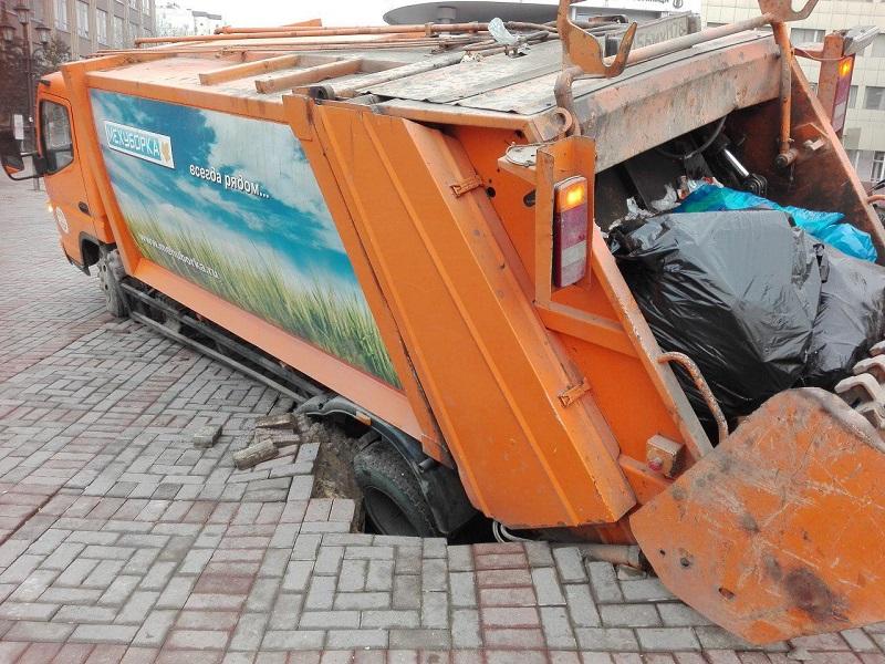провалившийся мусоровоз.jpg