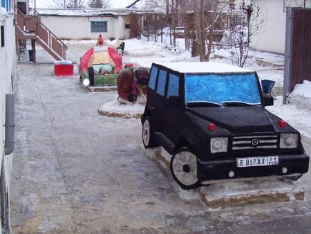 Пугачевские заключенные вылепили изснега «Мерседес Гелендваген»