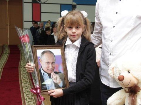 Владимир Путин подарил девятилетней школьнице изСаратова собственный портрет савтографом