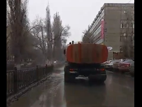 Саратовцев возмутила влажная уборка улиц в сырую погоду