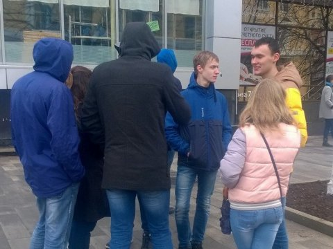 Недовольные требуют, чтобы политик вышел кним— Навальный вСаратове