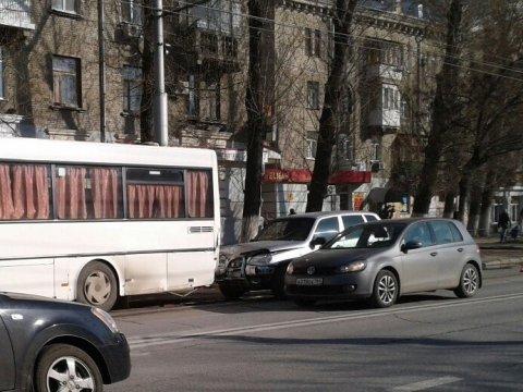 Встолкновении «Нивы» иавтобуса 2Д пострадал мужчина