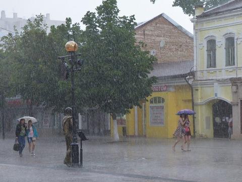 Дождь игроза вСаратове: вмэрии предупреждают опробках на трассах