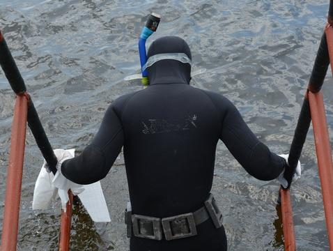 Водолазы отыскали труп погибшего вовремя урагана рыбака