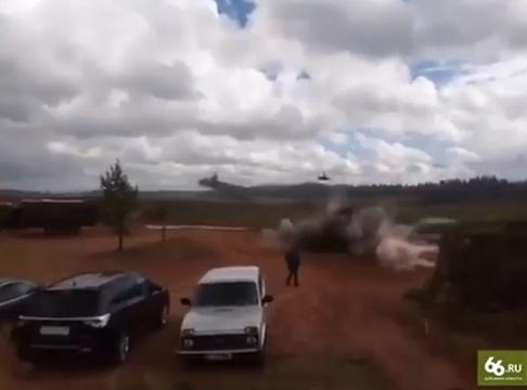 Боевой вертолет Ка-52 выстрелил ракетой всторону наблюдателей