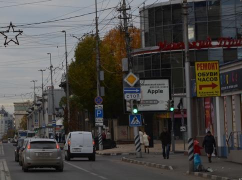 Авария вцентре Саратова: «четырнадцатая» зависла между зданием истолбом