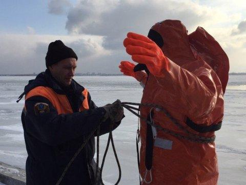 Мужчина провалился под лед попути ксередине Волги
