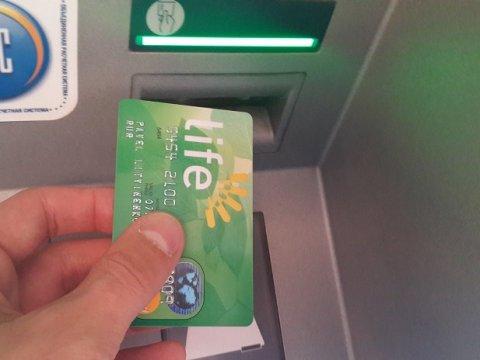 Продавщица сняла спохищенной усаратовчанки карты 100 тыс. руб.