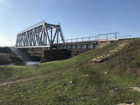 Девятилетняя девочка сорвалась сжелезнодорожного моста под Саратовом