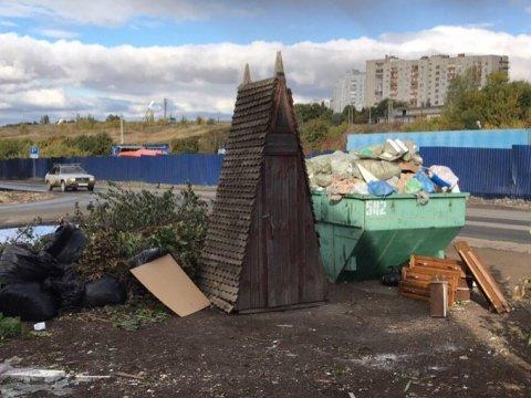 В Саратове на мусорку выбросили огромный туалет