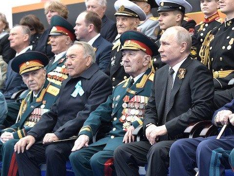 Парад Победы Путин смотрел в компании Назарбаева