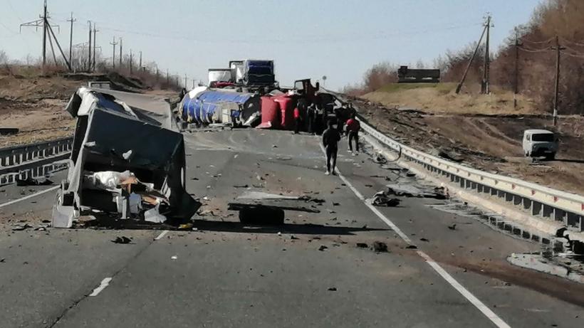 ГИБДД организовала объезд места аварии с бензовозом на трассе под Саратовом