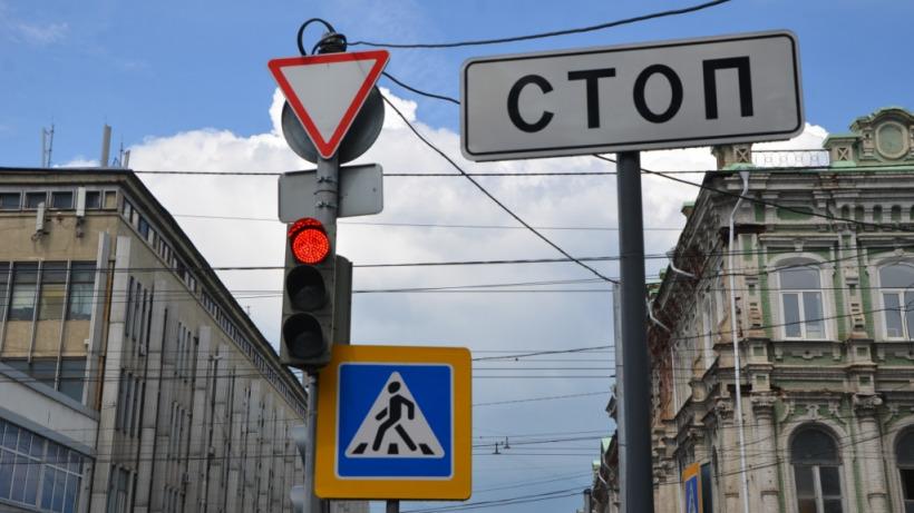 На перекрестке в центре Саратова на выходные отключили светофор