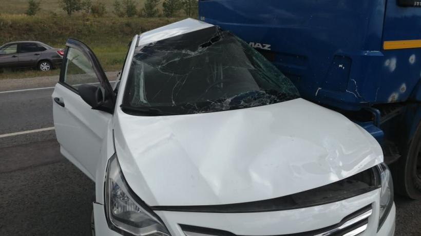 На трассе в Хвалынском районе столкнулись КаМАЗ и иномарка